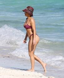 Jennifer Lopez khoe cơ bụng săn chắc ở tuổi 51