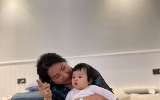 Cường Đô La khoe ảnh mẹ ruột bế con gái Suchin, mẹ Đàm Thu Trang lập tức có bình luận gây chú ý