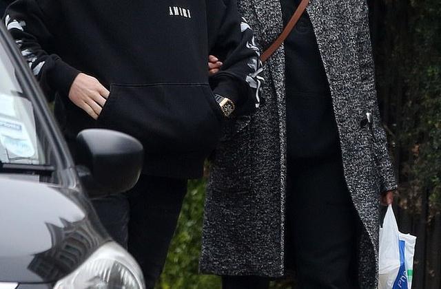 Hoa hậu thế giới già nua khi ra phố cùng chồng kém 10 tuổi